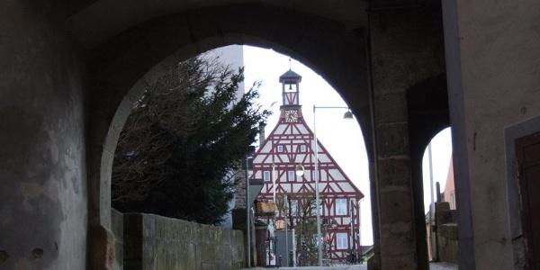 Blick durch den Torbogen des Alten Schlosses auf den Marktplatz