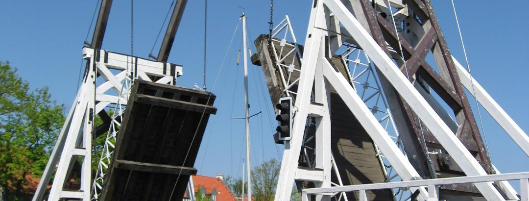 Wicker Holzklappbrücke während des Brückenzugs