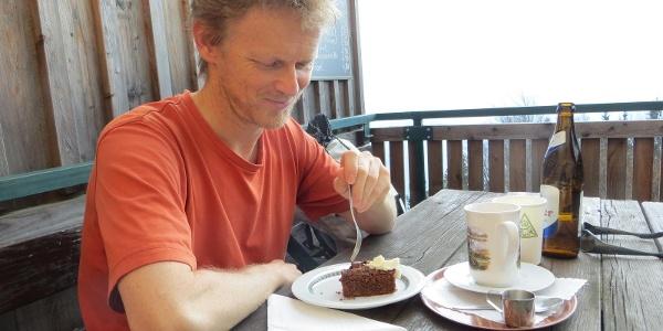 der Autor mit seinem Lieblingsmenü: Schoko-Nuss-Schnitte, Kaffee und Bier !