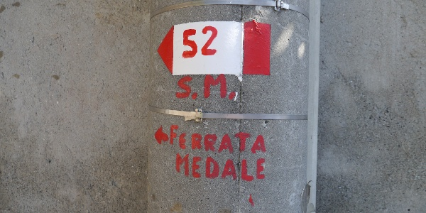 Markierung des Zustiegs zur Via Ferrata Gruppo Alpini Medale