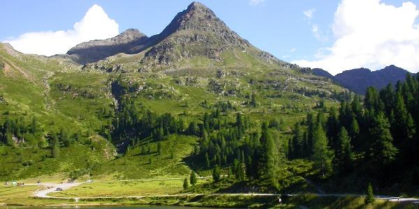 Start am Obersee; über dem Parkplatz li. verläuft durch das Weißenbachtal der Aufstieg