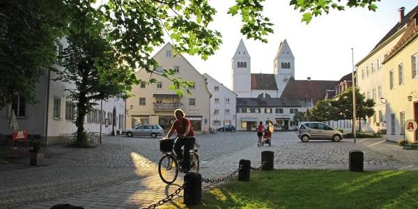 Majestätisch erheben sich die Kirchtürme der Klosterkirche am Marktplatz in Steingaden.