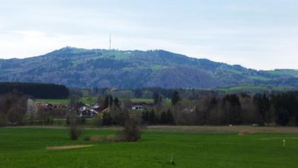 Blick über die Häuser von Obermaxlried hinweg zum Hohen Peißenberg.