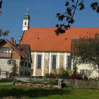 Blick von Süden auf die Wallfahrtskirche Maria Schnee in Legau-Lehenbühl.