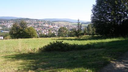 Beim letzten Abstieg lassen sich Freyung und die Berge des Bayerischen Walden weit überblicken.