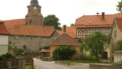 Im Ortskern von Friedelshausen steht die Kirche, deren Besuch empfohlen sei.