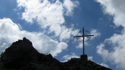 Das schöne eiserne Gipfelkreuz am Largoz