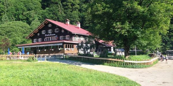 Das Giebelhaus im Sommer