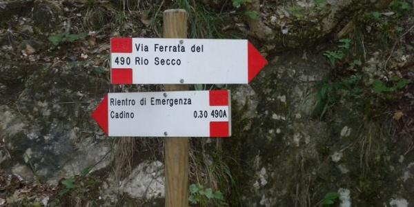 Tafel unten: Hinweis für den Notausstieg auf ca. halber Strecke des Klettersteigs