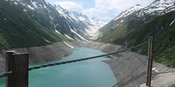 Lai Curnera im Juni. Der See ist noch nicht gefüllt.
