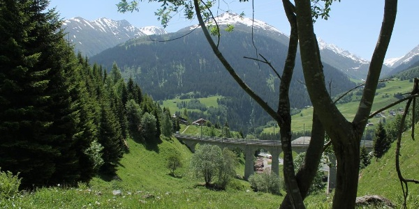 Über den Bahnviadukt im Val Bugnei