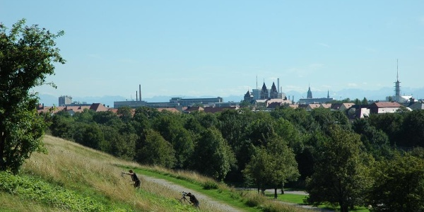 Vom Olympiaberg schaut man auf die Silhouette der Stadt München.