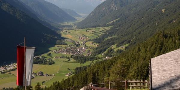 An der Schwörzalm kann man Energie nachtanken und übers Antholzer Tal in die Dolomiten schauen.