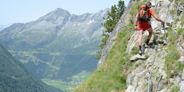 Eine kurze exponierte Steilstelle mit Drahtseilgeländer gehört zu den schwersten Stellen des Hartdegen-Weges.