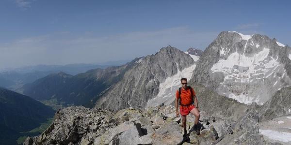 Vom Gipfelgrat der Großen Ohrenspitze sieht man Wild- und Hochgall mächtig über dem Antholzer Tal stehen.