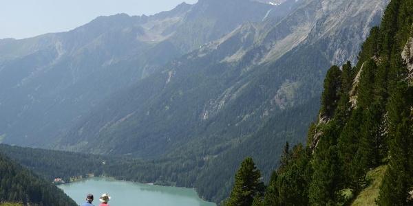 Angekommen: Tiefblick kurz vor dem Staller Sattel auf den Antholzer See.