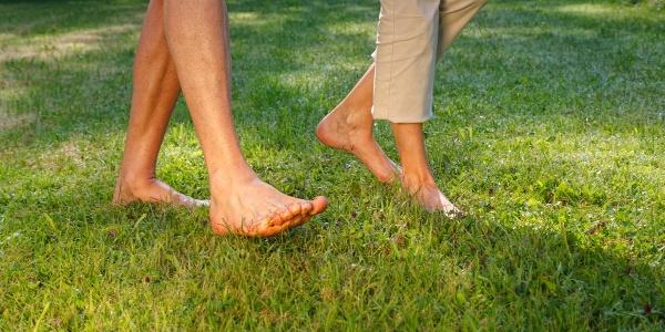 Die Füße entspannen beim Barfußlaufen im Gras