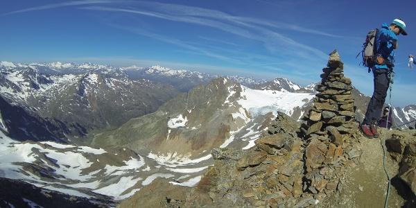 An diesem Steinmann quert man in die Südflanke des Aperen Pfaff und kommt dann Zum Pfaffenjoch.