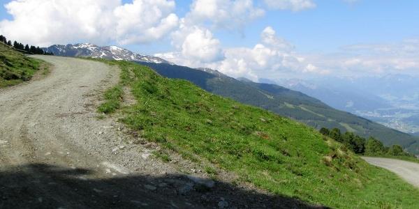 Bald ist die Baumgrenze erreicht und damit auch die Largozalm, die man zunächst links liegen läßt.