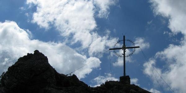 Dann ist der Gipfel des Largoz mit seinem schmiedeeisernen Gipfelkreuz erreicht.