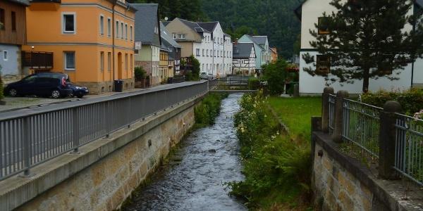 Durch die Ortschaft Krippen plätschert der Dorfbach