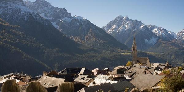 Das Engadiner Dorf Sent mit seiner markanten Kirchtumspitze.
