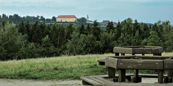 Blick vom Aussichtsberg an der Schinderkreppe zum Hügel mit der Altstadt und dem Schloss.