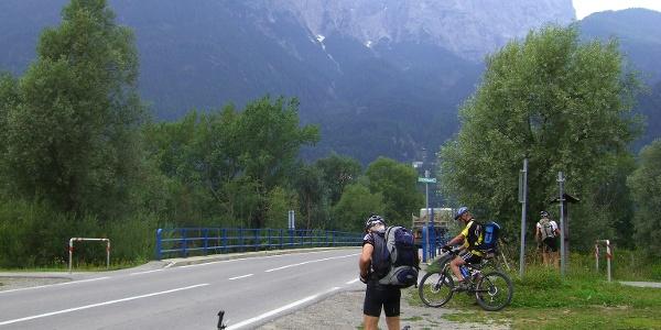 Fahrt auf Asphaltstraße mit Blick auf die Lienzer Dolomiten.