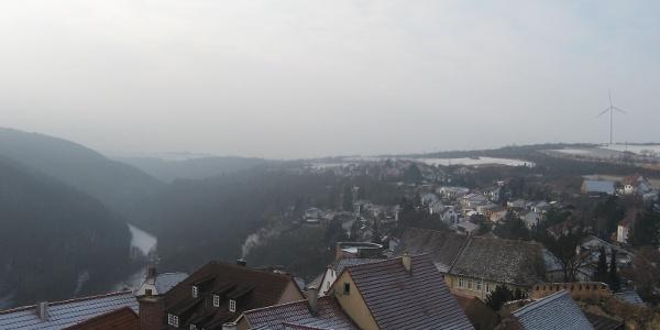 Von der Burg aus überblicken wir die Dächer des romantischen Ortes Neuleiningen.