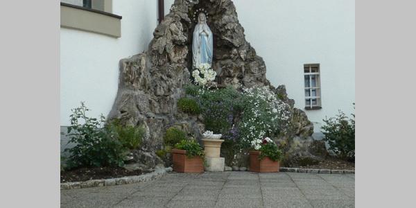 Diese Statue steht vor der Wallfahrtskirche.