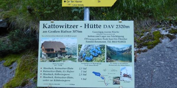Parkplatz mit Hinweisschild Kattowitzer Hütte