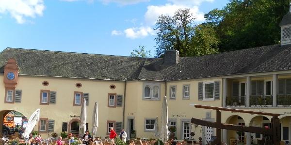 Radtour an der Mosel: Station im Kloster Machern