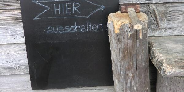 Eindeutiger Hinweis: Mobiltelefone unerwünscht in der Tegernseer Hütte