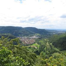 Blick vom Eckfelsen nach Lichtenstein-Unterhausen (mit Schönbergturm)