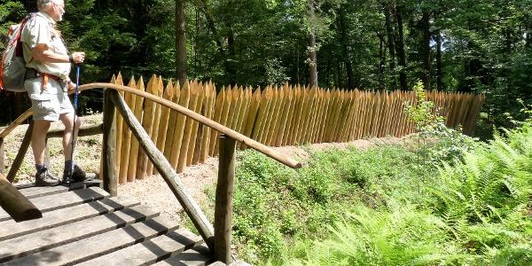 rekonstruierte Palisade an der Eppinger Linie