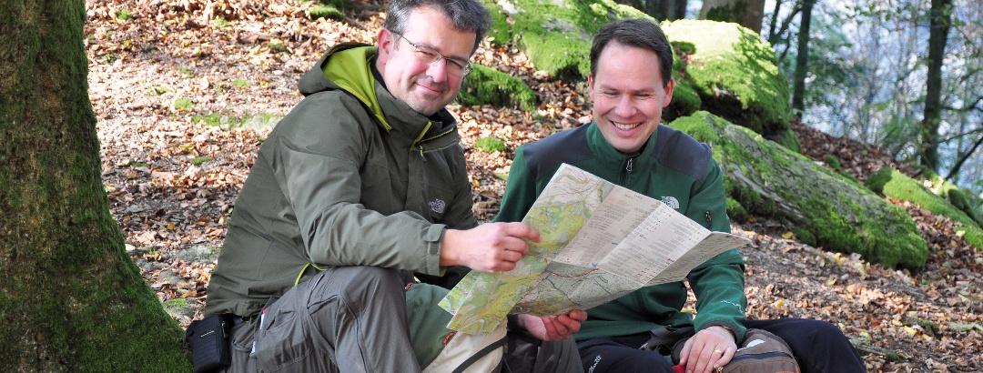 Manuel Andrack und Eric Thomas bei einer Rast über der Ourthe