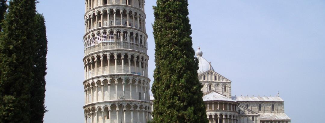 Der schiefe Turm mit Dom im Hintergrund