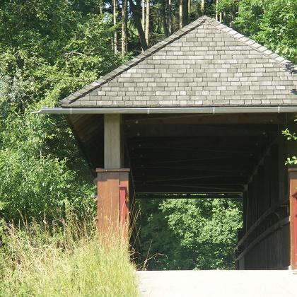 Die historische überdachte Holzbrücke.