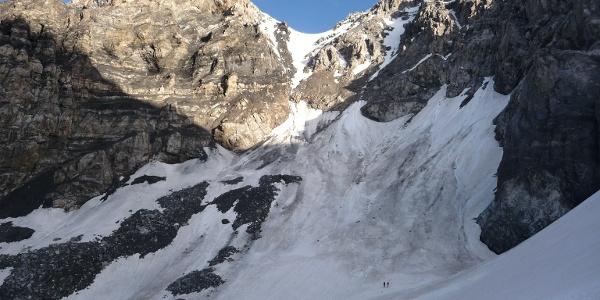 Auf halber Höhe am Zebrúgletscher mit Blick zur Rinne welche zum Thurwieserjoch führt. Spätestens hier muss die Entscheidung über die Aufstiegsvariante getroffen werden.