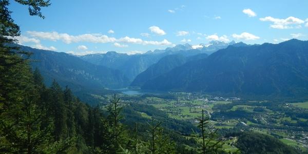 Ausblick auf den Hallstätter See mit den umliegenden Bergen