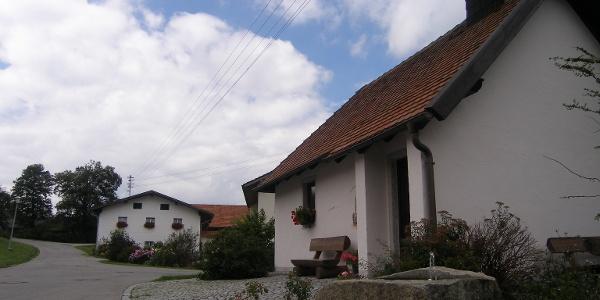 In Oberneumais bietet sich an der Kirche eine schöne Rastmöglichkeit.