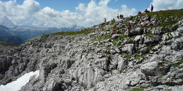 Reges Treiben auf dem flachen Gipfelplateau des Schneibsteins.