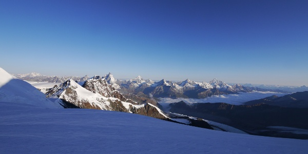 Blick vom Aufstieg auf ein beeindruckendes Meer an Gipfeln