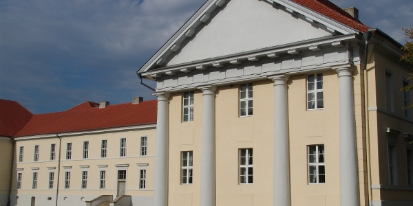 Im seeseitigen Flügel des Kavalierhauses richtete Prinz Heinrich ein Schauspielhaus ein, das heutige Schlosstheater.