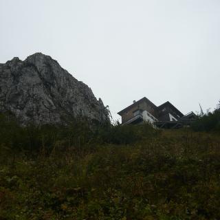 Blick zurück auf die Tegernseer Hütte beim Abstieg.
