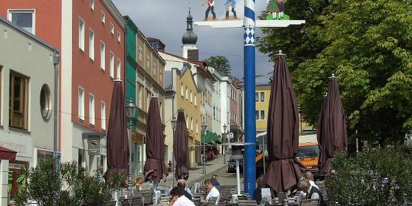 Der historische Stadtplatz von Grafenau mit seinen netten Cafés.