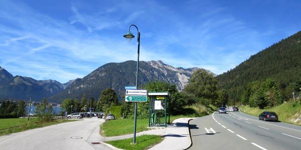 """Links die Einfahrt zum gebührenpflichtigen Parkplatz """"Prälatenhaus"""" (€ 3,- bis 4 Stunden, € 5,- für mehr als 4 Stunden Parkzeit)"""