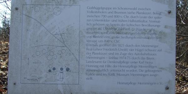 Eine Schautafel informiert über die Grabhügelgruppe von Volkratshofen.