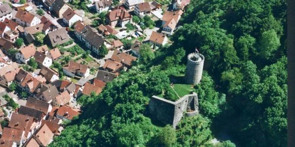 Die Burg Husen aus der Vogelperspektive.
