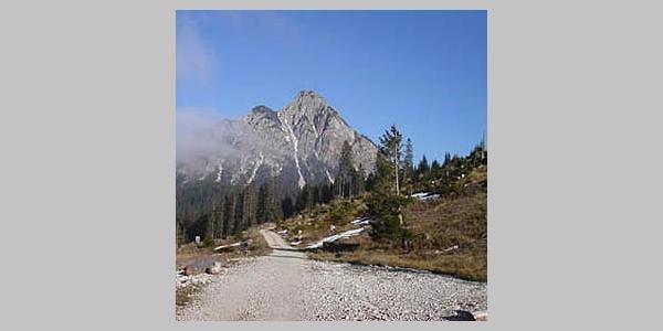 Mit Blick auf die Berge fahren wir diese genussreiche Tour.